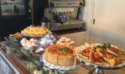En rikholdig disk med både kaker og mat